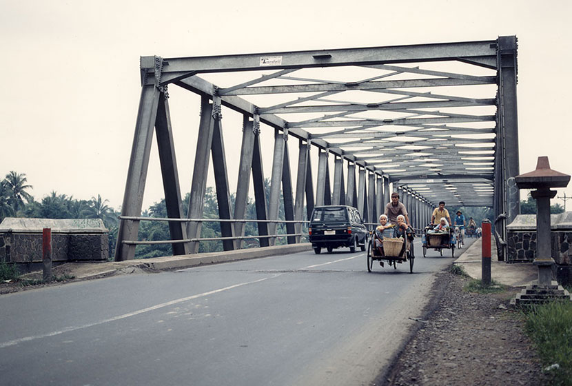 The Tha Ngon Bridge in operation.