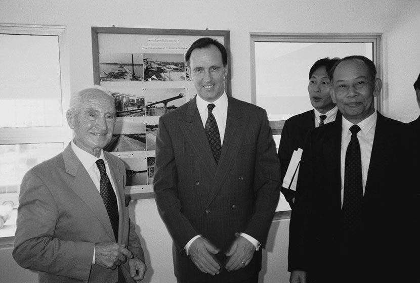 1994. Franco, Prime Minister Paul Keating and the Lao Prime Minister, opening the Border Control Complex.